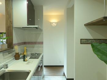 下から天井を照らすタイプのブラケットも。空間を明るくしてくれるだけでなく、インテリアとしても素敵です。