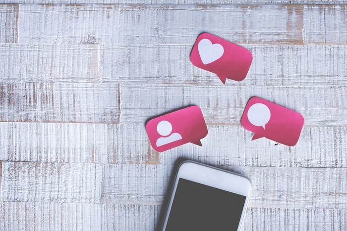 SNSがコミュニケーションツールとして欠かせない現代では、スマホやパソコンを持ち歩くことによっていつでも誰かと緩く繋がった状態です。友人や知人のSNSに常に注意を払い、自分自身も時に発信し、一日のうちに何度も遣り取りするのは実はなかなかの労力。たまに煩わしく思っても、SNS上の繋がりを遠ざける勇気は持てず、結局貴重な時間の何割かをスマホに注いでしまうことも少なくありません。