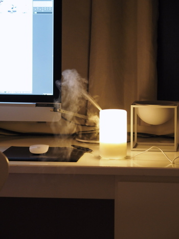 超音波アロマディフューザを使うと、やわらかなミストと好みのエッセンシャルオイルの香りがお部屋の中にふんわりと広がります。その日の気分に合わせてエッセンシャルオイルを変えてみるのもいいですよね。