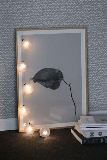 お部屋の中にお気に入りの間接照明をアレンジするのもいいですね。キャンドルとはまた違う、しっかりとした信頼感のある灯りも素敵です。