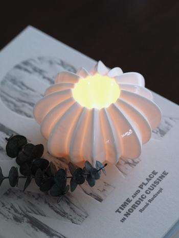 キャンドルを灯すときは、美しいフォルムのキャンドルホルダーを使うところもポイント。キャンドルライトの質がぐっと上がります。