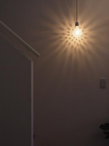 デザイン性の高い間接照明ですよね。明かりをつけたときに広がる影までが美しいと、その空間が大きな安らぎの場になります。