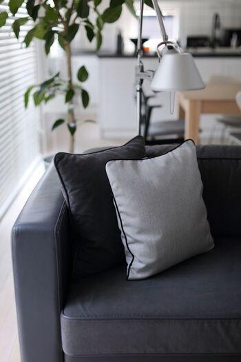 ふかふかのクッションをあしらったソファは、誰にとっても居心地の良い場所ですよね。クッションカバーはお天気の良い日にお洗濯しておきましょう。お日様のにおいがほんのりとして、とても気持ちがいいものです。
