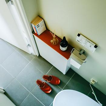トイレのわずかなスペースでも、スリムラックを取り入れれば便利に使えます。  こちらのラックは裏返せばトイレットペーパーや掃除グッズを収納することができます。ちょっとした飾り棚としても使えて◎