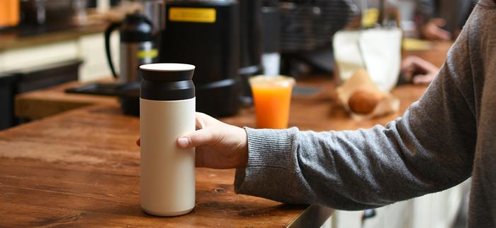 熱中症予防には、やはり水分補給が大事なようです。自動販売機やコンビニでも冷たい飲み物が買えますが、いつでもどこでも飲めるように持ち運べる、タンブラーがあると便利ですよ。 こちらは0.5リットルが入る、トラベルタンブラーです。保温・保冷が持続する時間の目安は約6時間なので、お出かけの際にも飲み物を冷たいまま飲むことができそうです。シンプルでスタイリッシュな見た目が素敵で、毎日使いたくなるデザインですね。