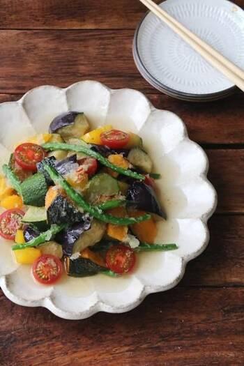 夏の定番おかず揚げ浸し。カラフルな夏野菜をたっぷり使って、大根おろしを加えてさっぱりと。冷やして食べるとよりおいしくいただけます。