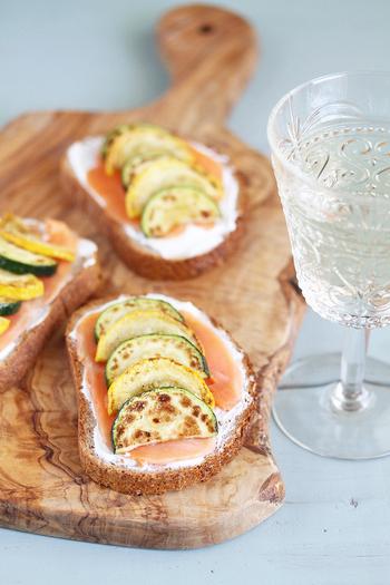 バターなどを使わず、水切りヨーグルトをぬったタルティーヌは、爽やかな味わいです。スモークサーモンやグリルしたズッキーニで彩りを添えて。