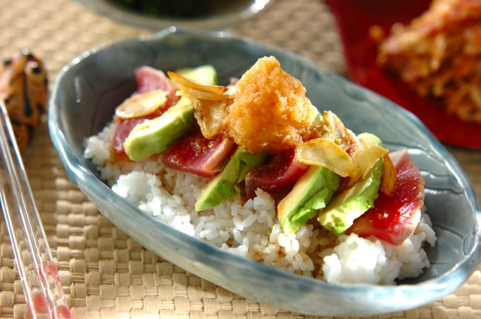 表面を焼いたマグロの刺身とアボカドの丼に、大根おろしをのせてさっぱりと。ごはんも酢めしにすることで、食が進みます。