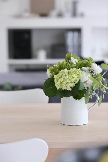 白いジャグに無造作に飾った白とグリーンのブーケ。花束のお花は、少しずつお手入れしながら傷んだものを取り除いて、最後の一輪になるところまで楽しめるのがいいですよね。