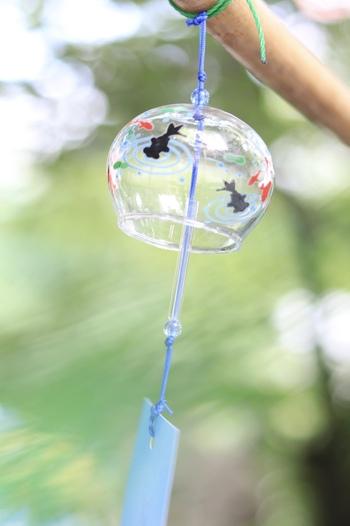 ガラス細工の風鈴は、見た目も涼し気で思わず自分から揺らして、鳴らしてみたくなってしまいます。窓辺に吊るした風鈴から軽やかな音色が響けば、風情ある空間が生まれますね。