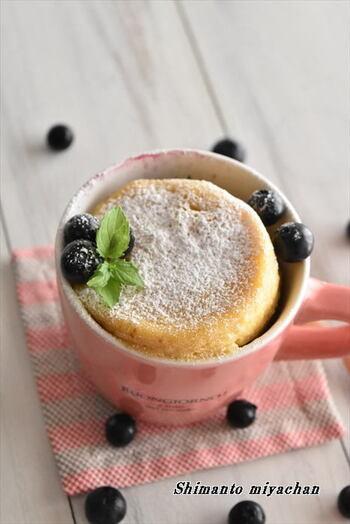 牛乳がなくてもバターを使ってしっとり仕上げたブルーベリーマグカップケーキ。シナモンも練りこまれているので、風味も抜群です。ケーキの甘さとブルーベリーの酸味のバランスもぴったり。