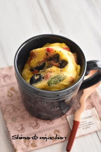 具材さえ前日に準備しておいたり、冷凍しておいたりすればマグカップでぐるぐると混ぜてレンジ加熱するだけの簡単レシピ。アスパラ・パプリカ・ウィンナーなどが入っていて、野菜も食べられますよ。