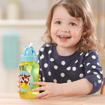 """""""子育てをより良いものに、より便利に""""をコンセプトに、ユニークで機能的なアイテムを生産し、世界47カ国のパパ・ママたちに支持されている「SKIPHOP」のストロー付きボトル。"""