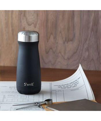 こちらの飲み口の直径が60mmある、広口タイプはコーヒーをサーバーから直接入れたり、スムージーを入れたりするのに最適。保温効力も67度以上で6時間、保冷効力も8度以下で6時間と機能性もバッチリです。