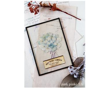 透明感が目を引く、アクリル板の写真立てです。押し花やメッセージカードを写真と一緒に閉じ込めて、大切な人にプレゼントしても◎。