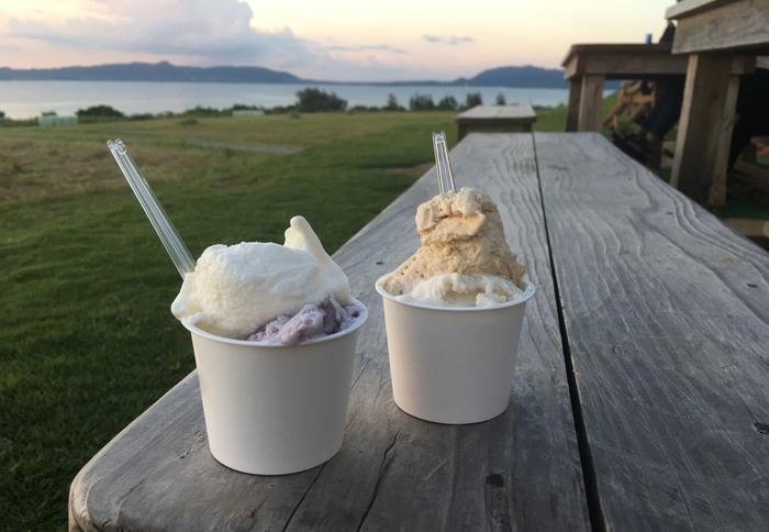 一番人気の<ミルク>の他、<紫いも><島バナナ><島豆腐>など常時10種類以上のジェラートが揃っています。また、店は市街地の丘の上にあり、竹富島や青い海と空を見渡せる絶景ビュー。日暮れには夕日を楽しむこともできます。石垣島の一大パノラマを眺めながら、ひと休憩してみてはいかがでしょうか。
