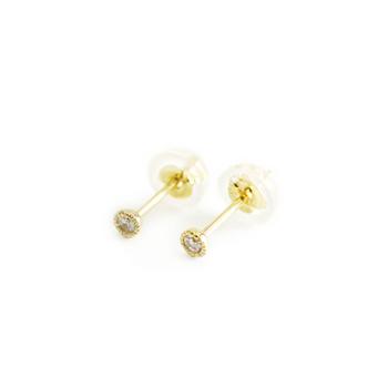 一粒のダイヤを金の細工で縁取りをした繊細な印象のピアス。小さいけれど本物の輝きです。限りなくシンプルで、毎日の定番として使いたくなります。