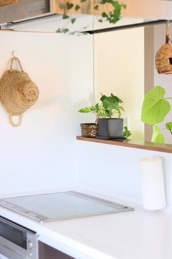 もともとの用途は、IHクッキングヒーターと調理台の隙間を埋めるための、予防掃除グッズ。  コンロのフチにひっかけるように、隙間が埋めて使います。半透明なので全然目立ちませんよ。