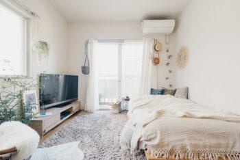 最近は室内で起こる熱中症のニュースも耳にします。電気代の節約もいいですが、暑ければクーラーを使うこと。エアコンの設定温度は、25度~28度くらいがよいでしょう。また、扇風機なども併用して風を送る、カーテンで日差しを遮るなどもあわせて、室内での対策も万全にしましょう。もちろん、適度な水分や塩分の補給も忘れずに。