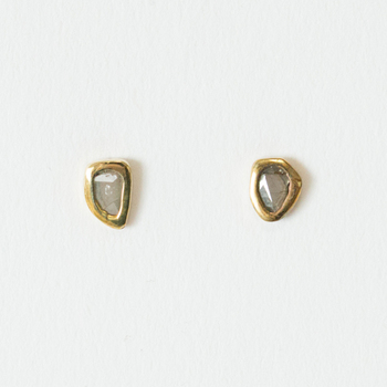 自然の産物を生かしたメキシカンジュエリーを今に伝える「ISHI Jewelry(イシジュエリー)」。こちらはグレーがかかったスライスしたダイヤを、真鍮の枠にはめ込んだ小さなピアスです。素材を生かしたアシンメトリーの形や、ヴィンテージのような風合いも魅力的。