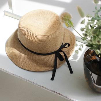日差しが強い季節の外出には、「帽子」を取り入れて。帽子は頭を日差しから守る役割を担うと同時に、紫外線対策にもなるアイテムです。つばが広めのハットを選ぶと、上品で大人っぽい雰囲気になりますね。