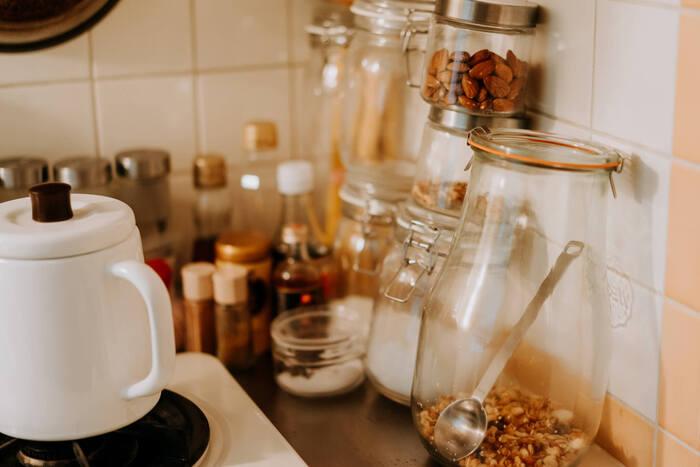 たとえば、よく調理道具を置きがちなコンロのまわり。汚れがつきものの場所ですが、手が届きくい壁と調理台の境目に、あらかじめ「メンディングテープ」を貼っておいてはいかがでしょう。