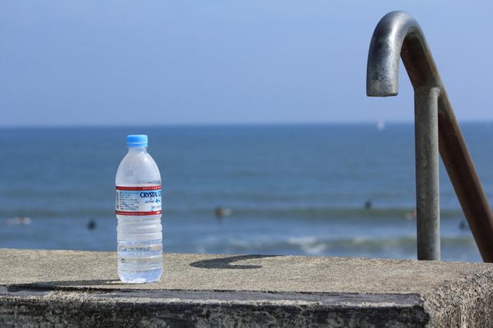 自力で水分をとることができるなら、水分と塩分の補給を行いましょう。まずは水分ですが、たくさんの汗をかいている時には塩分補給も大切です。スポーツドリンクや経口補水液など、必要に応じて補給しましょう。