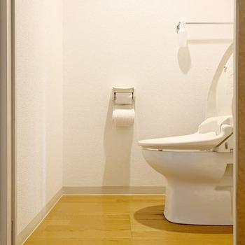 通常の用途以外にも、汚れてほしくない隙間に色々活用できるんですよ。  例えば・・・トイレの便器と床のちょっとした隙間。この隙間まで小まめにぬかりなくお掃除するのはなかなか大変ですが、隙間ガードで埃をガードしてしまえば◎  定期的に、ガード自体を交換するだけなので、心理的な負担も実際の手間もグンと減ります。