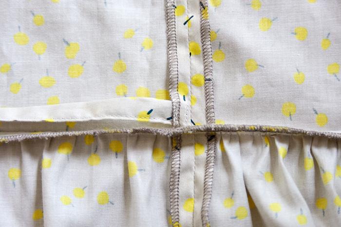 8.右(付け位置:D)は前身頃の縫い代に紐を縫いとめる。