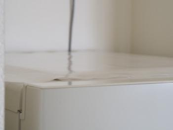 この冷蔵庫の天面に、ラップを敷けば、ホコリ防止に。  意外に油汚れもついてしまう場所なので、予防掃除としておすすめです。