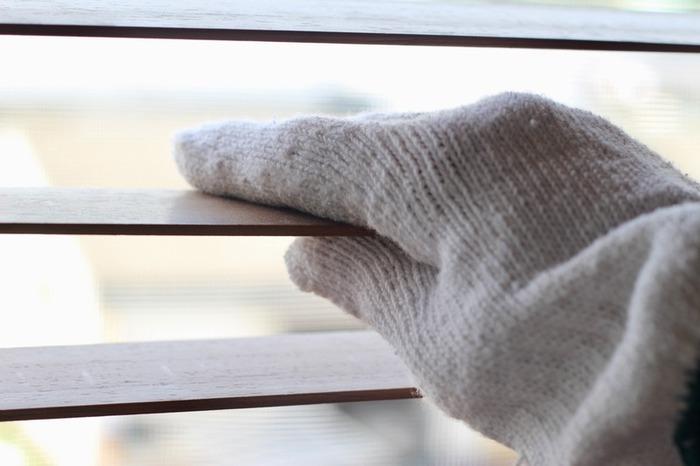ちなみにブラインド掃除なら、使わなくなった軍手や、捨てても良い片方だけの靴下も活用できます。  手のひら面が汚れたら、付け替えて手の甲の側も使って拭き上げ、全体が汚れたらゴミ箱にそのままポイ!としてしまってもOK。気が楽でいいですね。