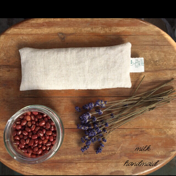 目の疲れにサッと使えるグッズを用意しておきましょう。電子レンジで温めて使う、小豆が入ったアイピロー。小豆の自然な温熱効果で目をじんわりと温め、血流を良くしてくれます。