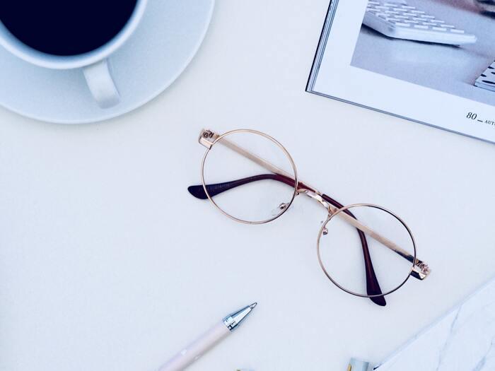 パソコンやスマホの液晶から発生するブルーライトは、疲れ目の原因になると言われています。ブルーライトをカットできるメガネをパソコンやスマホを見るときにかけると、疲労感を軽減できます。