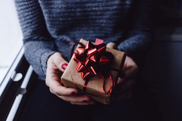 マグカップケーキのラッピングは、箱に入れてラッピングすると見た目も綺麗で持ち運ぶときも安心です。いくつかまとめて持っていきたいというときも、箱なら重ねることもできますし、箱を開けたときのサプライズ感も演出できます。