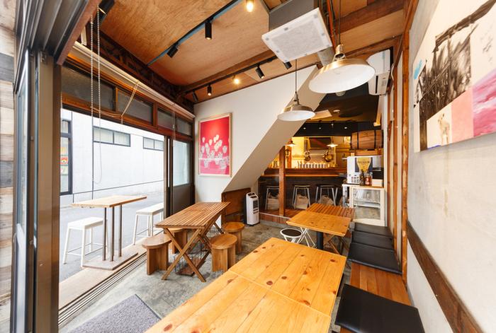 北海道ではアウトドアで食べることの多いジンギスカンの雰囲気を再現した、山小屋のようなカジュアルな店内。