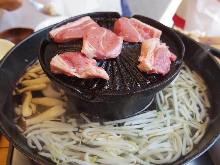 一般的なジンギスカン鍋とは違い、中央の焼肉スペースの外周にしゃぶしゃぶスペースがある珍しいお鍋。上でラム肉を焼き、下ではしゃぶしゃぶをするスタイルです。ジンギスカンの脂がしゃぶしゃぶのスープにプラスされるのもおいしさの秘訣。