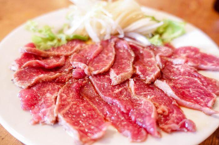 1番人気の「ひつじのたたき」。クセがなく赤身肉のおいしさを堪能できます。Sサイズでもこのボリュームなので、シェアするのもおすすめです。