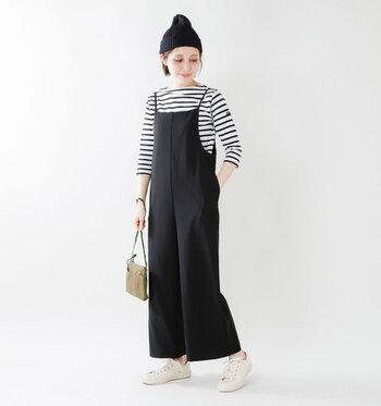 カジュアルな印象のボーダーTシャツも、ボートネックのものを選べば程よく女性らしさを出すことができます。オーバーオールの重ね着とニット帽でメンズライクながらもかわいらしいコーデに。