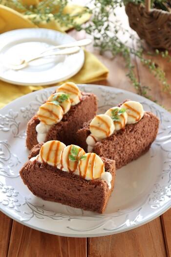 バナナとキャラメルソースのおいしいコンビをシフォンサンドで召し上がれ♪ココアシフォンケーキを使って、ホイップクリームと一緒に挟んでいます。ホイップクリームは絞り出し袋を使うと失敗しません。