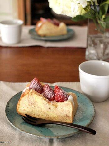 こちらはフルーツサンドでも定番の素材、苺をサンドしています。こちらのレシピでは、苺パウダーを使ったマーブルシフォンケーキで挟んでいますが、準備が難しいときにはプレーンのシフォンケーキでもOK。ホイップクリームを絞って苺を乗せて、粉砂糖を振ればさらにおしゃれに♪