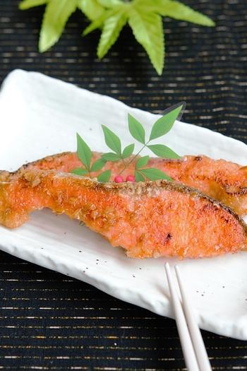 香ばしい味噌が香り、ごはんが進む「鮭の味噌照り焼き」。冷凍保存も可能なので、お弁当用に作り置きしておくと重宝します。