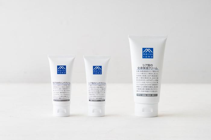 滑らかなお肌のために一年中保湿したい手足や身体。お風呂上がりのボディクリームは欠かせないという方も多いですが、毎日使うものだから肌に優しいもの、そしてできるだけリーズナブルなものが嬉しい…という方におすすめなのが、「松山油脂」の保湿クリーム。戦後から培った伝統の製法や素材にこだわり、環境から使い心地までしっかりと考えられています。すーっと伸びて使いやすいので、定番にしたくなるクリームです。