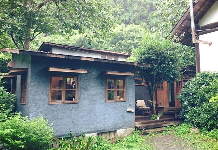 常磐道いわき勿来ICより、田人方面に車で約10分のところにある「MOMO cafe (モモ・カフェ)」は、ヨーロッパの森の中に迷い込んだようなおしゃれなカフェです。