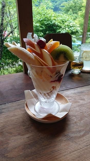 たっぷりのフルーツにバニラアイスやプリンが隠れていて、ひと口ごとに違う味を楽しめるパフェ。レトロな器もお店の雰囲気にマッチしています。