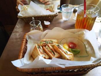 チーズやトマト、ベーコンなどが入ったサクサクジューシーなホットサンドは、ボリュームがあってランチにぴったりです。
