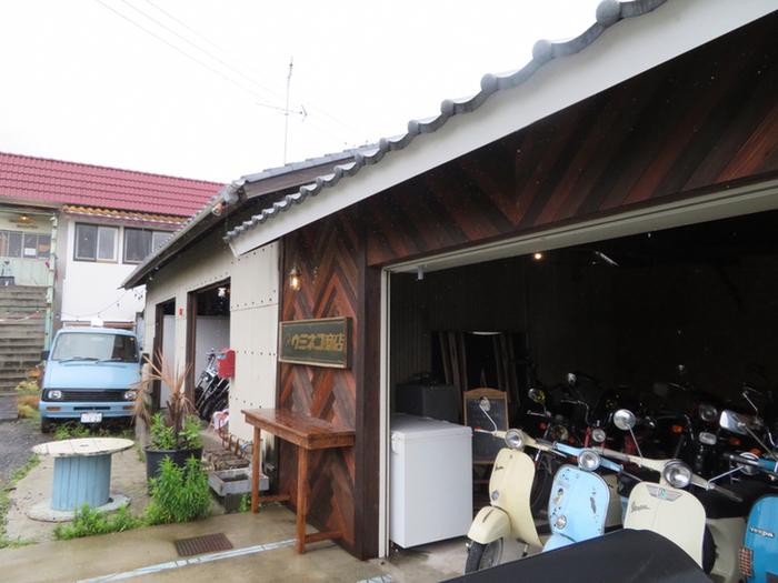 はじめにご紹介するのは、小名浜にある「ウミネコ商店」。1階はカスタムバイクの販売店で、ライダーの間でも人気のカフェなんですよ。場所は藤原川にかかる二ツ橋が目印です。