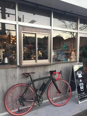 植田駅前にあるコーヒー豆専門店「ぼうしコーヒー」は、オーナーがセルフリノベーションした趣きのあるカフェです。