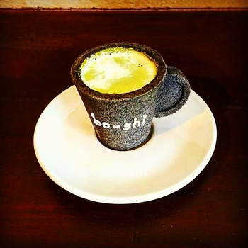 ここを訪れたら、ぜひいただきたいのがクッキーでできたカップの「エコプレッソ」です。かわいくて食べるのがもったいないほど。カフェ定番のエスプレッソや抹茶ミルクも、いつもと違った味わいを楽しめます。