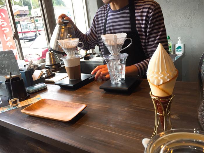 コーヒー豆を自家焙煎していて、店内には芳醇な香りが広がっています。1杯ごとにドリップするコーヒーは深い味わいで、地元の方はもちろん、コーヒー通にも評判です。