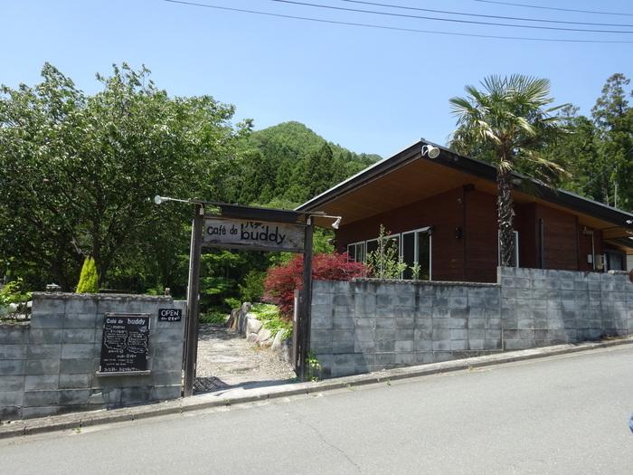 山の中にある「cafe de buddy(カフェ・バディ)」は大自然に囲まれた気持ちの良いカフェです。近くにはキャンプ場や温泉などもあり、ゆっくりドライブしながら探してみては?